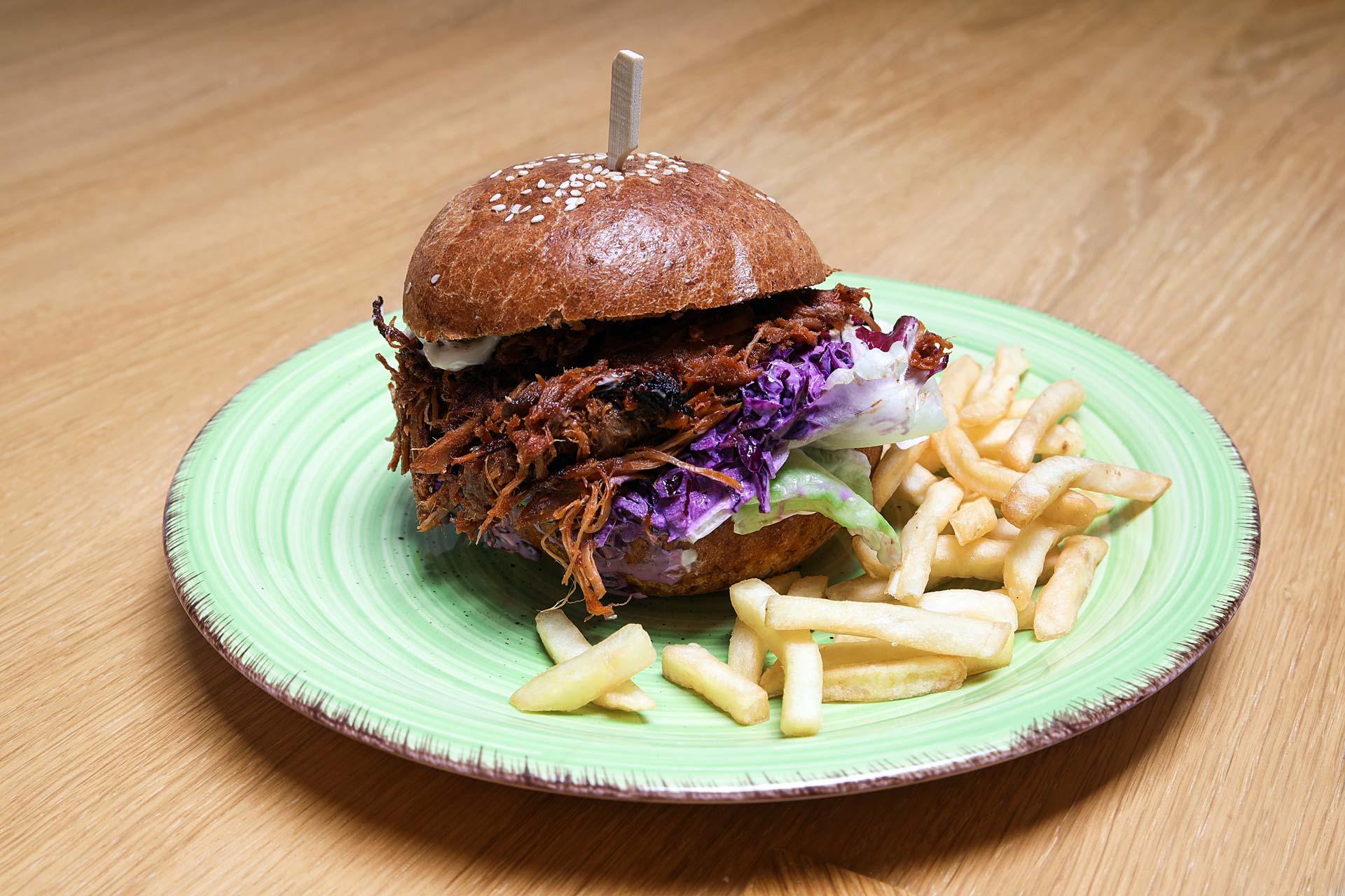 Burger s trhaným vepřovým masem