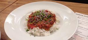 Dvoubarevná čočka provoněná kouřem (150g), na kari srajčaty, rýže se lněným semínkem